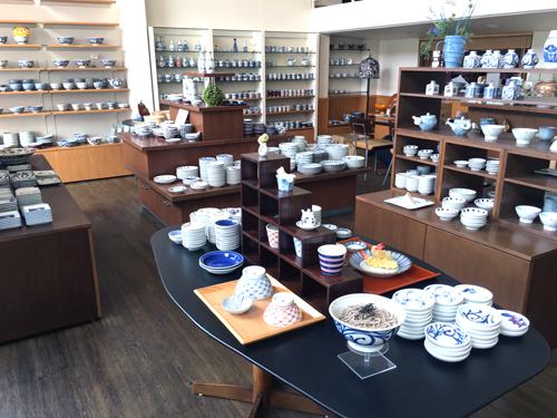 松山本店では、砥部焼コーナーを常設しています。